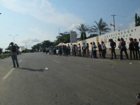 Etudiants attendant le bus