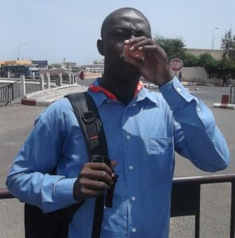 Buveur de Café touba en plein Dakar (Photo Baba Mahamat)