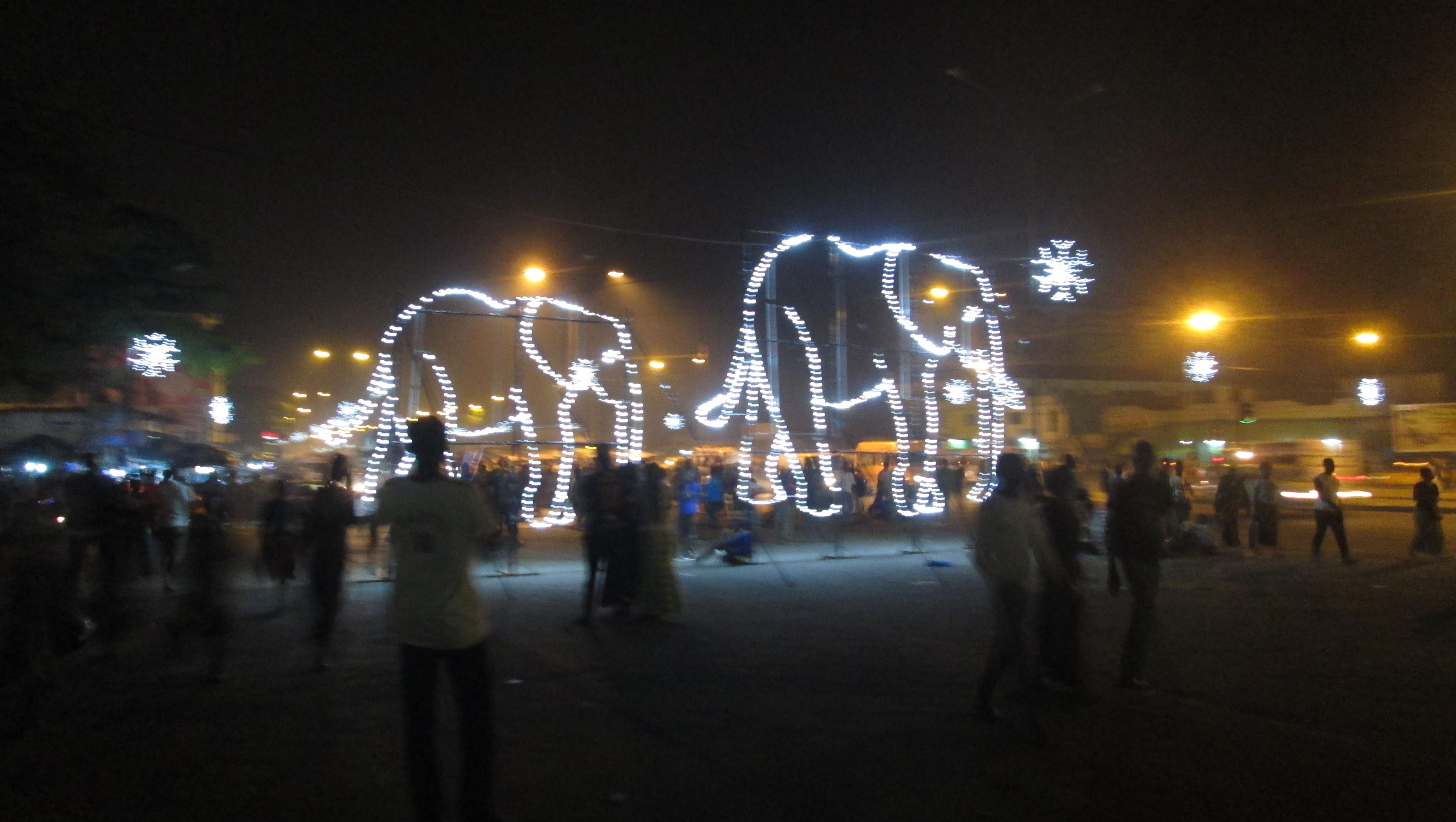 Lumieres devant la mairie à Abobo (Ph.Badra)