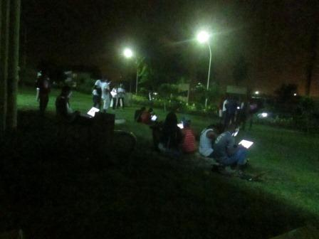 Une nuit à l'UFHB, les étudiants cherchent le Wifi (Ph.badra)