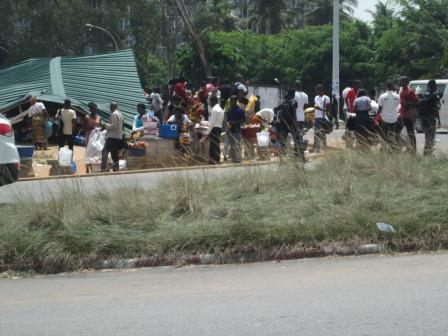 Des Etudiants attendent le bus au nouveau quai (Ph.ABC)