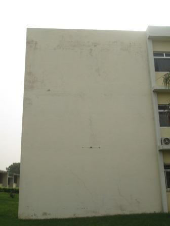 Mur humidifié d'un nouveau bâtiment de l'ENS, résultat  d'une mauvaise étanchéité. (Ph.ABC)