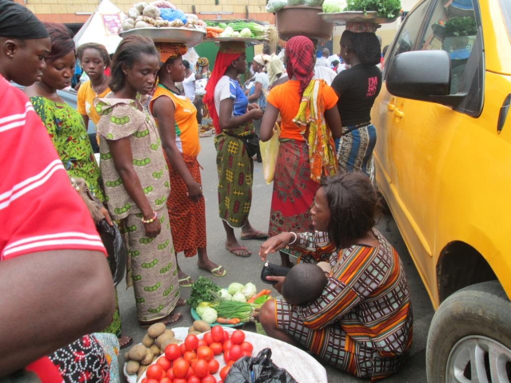 Femme au marché de légume à Adjamé (Ph.Badra)